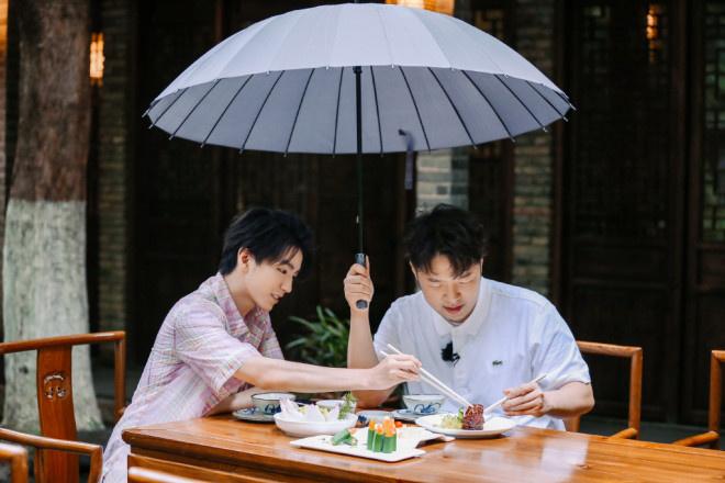 王俊凯回归《中餐厅4》 雨中用餐收获别样浪漫! 第6张