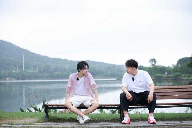 王俊凯回归《中餐厅4》 雨中用餐收获别样浪漫! 第7张