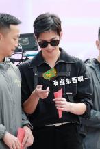 杨洋《你是我的荣耀》开机 偷看彩票红包笑开花
