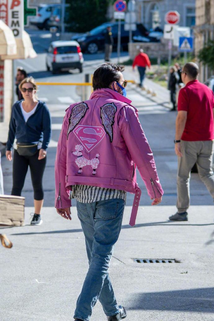 尼古拉斯·凯奇开拍新片 穿粉色皮衣演崎岖潦倒版自己