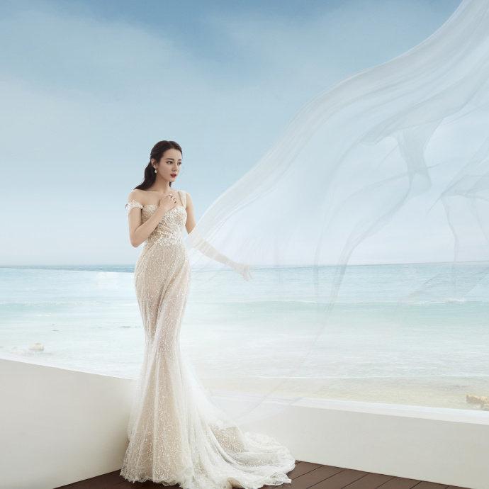 美人鱼出水!迪丽热巴海边浪漫写真 白裙身体绝美