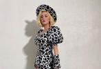 """10月8日,最新一集《美國偶像》錄影開拍宣傳照釋出,產女7周的""""水果姐""""凱蒂·佩里也通過節目錄制正式復工。錄制當天,果姐以一身搶眼的奶牛裝現身,身材已經恢復如初。"""