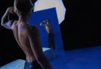 """近日,贾斯汀·比伯和妻子海莉·鲍德温登上意大利版《Vogue》十月刊封面大片释出。夫妻档幸福来袭,惹火演绎""""亲密关系"""",整组大片色气满满!大片以迷幻的紫色色调为主,每张照片中都有一抹出位配色的装扮吸引眼球。两人亲密依偎,或是共同半裸上身相拥在街头。比伯上身肌肉线条荷尔蒙炸裂;海莉身穿紧身皮衣、皮裤,身材超有料。"""