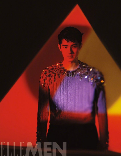 刘昊然庆生日公布时尚写真 湿发油头尽显成熟气质 第4张