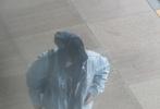 10月10日,朱一龍現身北京機場,他身穿一身牛仔Look,戴著棒球帽的同時還戴著黑色帽衫衛衣的帽子,走下商務車后,背著雙肩包步伐匆匆,力求低調。
