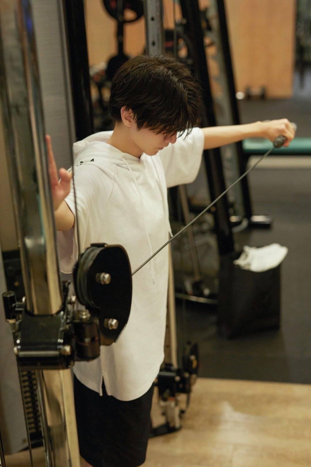 王俊凯诙谐回应整容听说:这说明我健身卓有成效 第7张