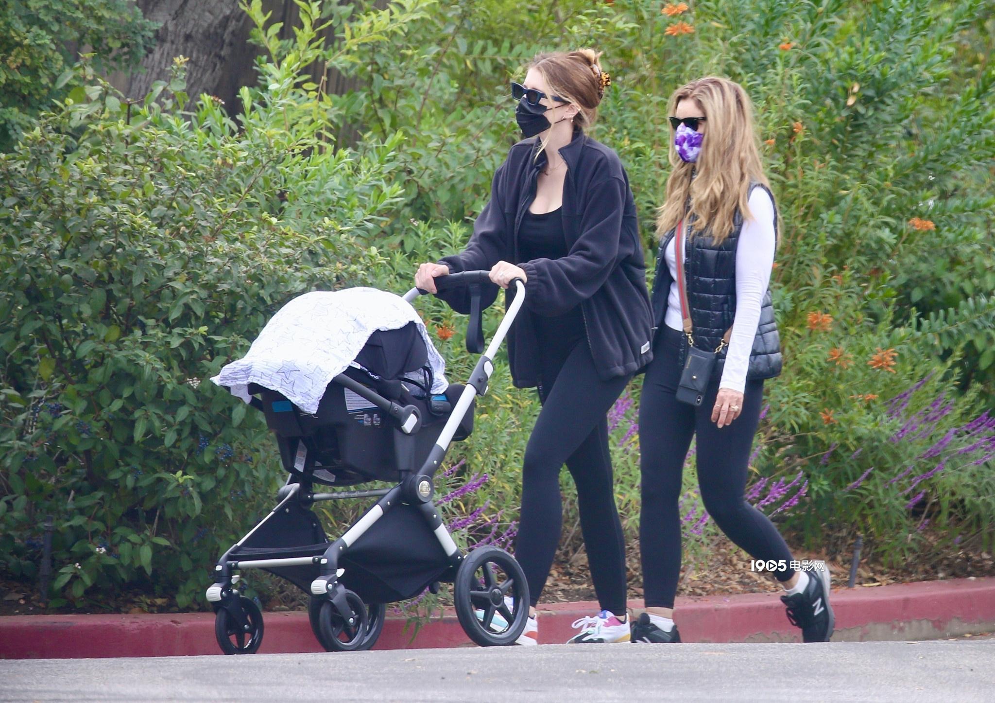 星爵娇妻产后不足两月极速瘦身 推女儿散步秀蛮腰 第1张