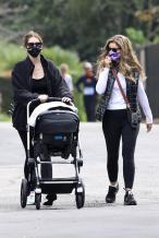 星爵娇妻产后不足两月极速瘦身 推女儿散步秀蛮腰