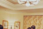 """10月11日,刘昊然通过微博分享了一张《一点就到家》主创重聚的照片,影片导演许宏宇斜靠在沙发上熟睡,他和彭昱畅、尹昉围在导演身边搞怪合照,并配文调侃:""""一点就到家""""。"""