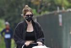 """當地時間10月10日,美國加州,""""星爵""""克里斯·帕拉特的嬌妻凱瑟琳·施瓦辛格推著女兒外出。All Black運動裝的凱瑟琳,戴著墨鏡口罩做足防護,星爵的岳母瑪麗婭·施萊弗陪伴在側。產后不足2個月的凱瑟琳身材恢復神速,太讓人羨慕了。"""