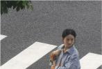 10月11日,网上曝光了一组赵丽颖拍摄新剧《幸福到万家》的路透照。画面中,赵丽颖穿着橘色碎花连衣裙,外搭蓝色外套,孕肚高挺的站在马路边,扎着长长的辫子,整体造型显得非常朴素清新。