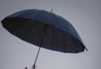 10月12日,王俊凯工作室发布了一组杂志拍摄花絮写真。王俊凯身穿蓝色风衣,模糊而又清晰的胶片质感,清冷又帅气。翩翩少年持伞漫步在绵绵秋雨中,微风吹起卷翘的发丝遮不住纤长的睫毛,单手撑伞尽显绝美侧颜,配合烟雨蒙蒙的景色,绅士又浪漫,文艺感十足!