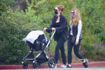 星爵嬌妻產后不足兩月極速瘦身 推女兒散步秀蠻腰