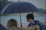 王俊凱雨中寫真浪漫文藝 膠片質感盡顯清冷帥氣