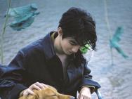 王俊凯雨中写真浪漫文艺 胶片质感尽显清冷帅气