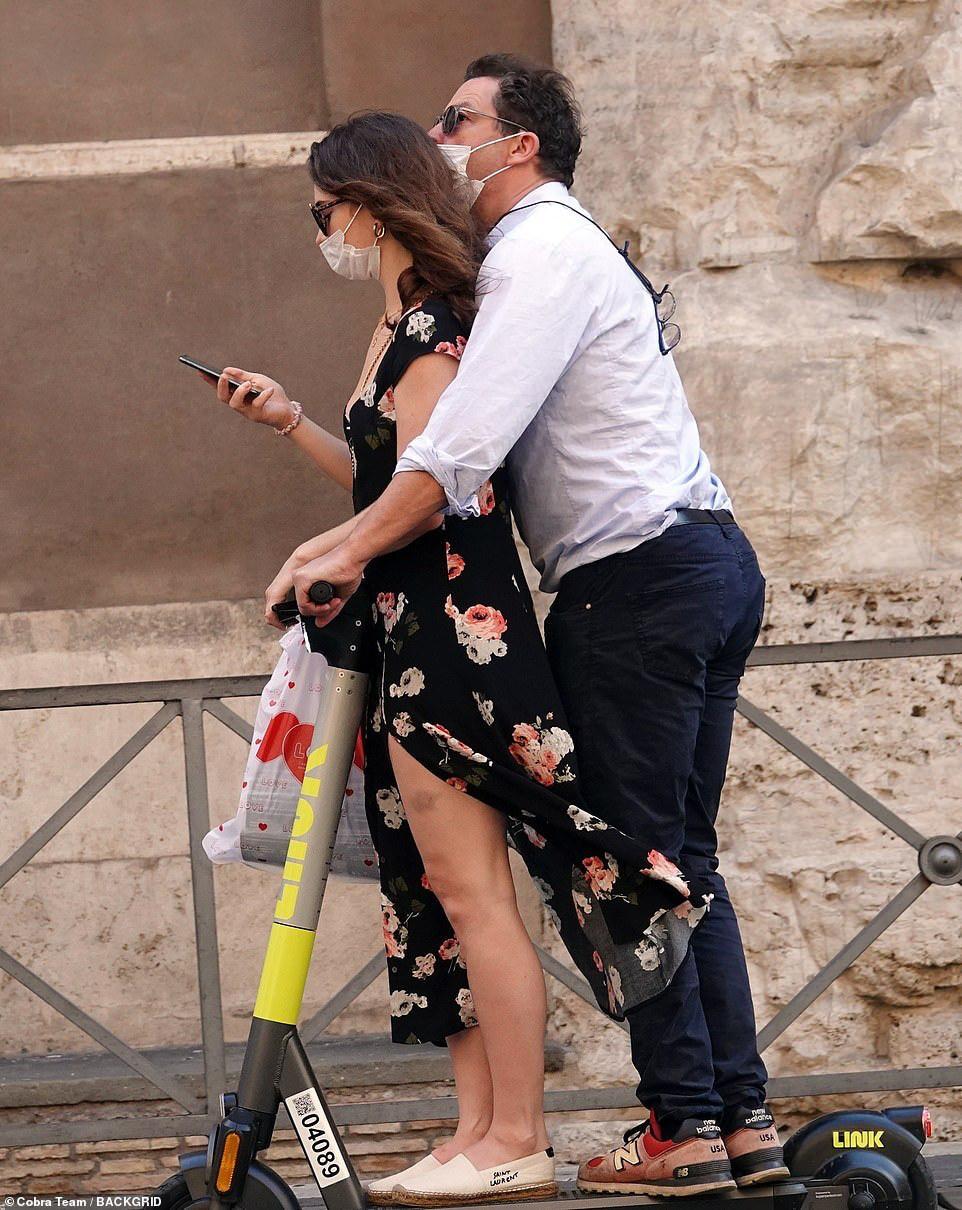 美队出局?莉莉·詹姆斯与人夫约会陌头热吻被拍 第1张