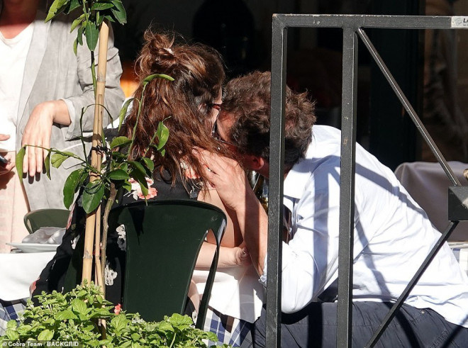 美队出局?莉莉·詹姆斯与人夫约会陌头热吻被拍 第6张