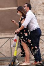 美队出局?莉莉·詹姆斯与人夫约会街头热吻被拍