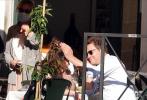 """據《每日郵報》消息,31歲的""""灰姑娘""""莉莉·詹姆斯和50歲的多米尼克·威斯特被拍到在意大利羅馬街頭甜蜜約會,兩人因合作拍攝新片《追愛》擦出愛火。照片中兩人就像連體嬰一樣,在街頭貼身共騎電動滑板車,多米尼克從身后環抱著莉莉,兩人還在路邊餐廳調情熱吻,眼中滿滿的濃情蜜意。"""