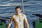 """近日,""""荷蘭弟""""湯姆·赫蘭德在西班牙拍攝電影《神秘海域》間隙,劇組難得放假并邀請大家出海。網上流傳出一組荷蘭弟海邊泳裝性感照,引得網友大贊他的好身材。荷蘭弟穿著救生衣,騎著摩托艇在這好友在海上暢玩。脫下救生衣,只穿著藍色短褲的他大秀迷人好身材。緊致的腹肌胸肌,還有發達的手臂,身材正在一點點像美隊靠攏。"""
