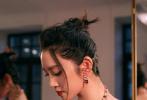 """10月12日,唐艺昕通过微博晒出一组出席时尚活动的美照,并配文:""""产后修复完成""""。照片中,唐艺昕身穿黑色丝绒长裙,勾勒出曼妙身姿,花朵抹胸设计尽显漂亮肩颈仙桥,颈间彩色珠宝璀璨夺目,丸子头青春靓丽,作为产后首秀这状态真是没得挑。"""