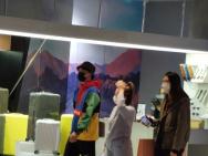 李易峰逛街被偶遇 身穿彩色外套打扮十分年轻帅气