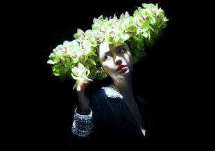 Angelababy繁花面具大片 弥漫华丽而神秘的气息