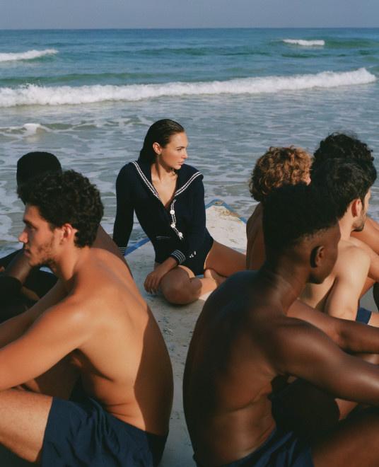"""""""神奇女侠""""加朵海滩大片 穿水师泳装帅哥相伴 第3张"""