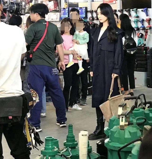 赵丽颖现身无锡拍戏引骚乱 工作人员打黑伞遮挡 第1张