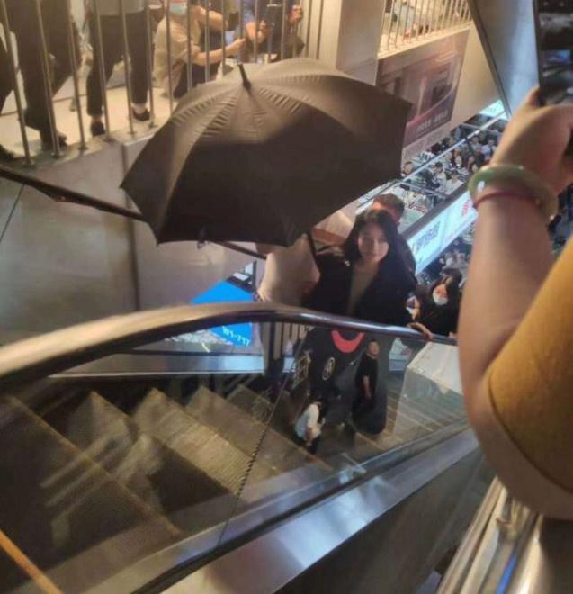 赵丽颖现身无锡拍戏引骚乱 工作人员打黑伞遮挡 第3张