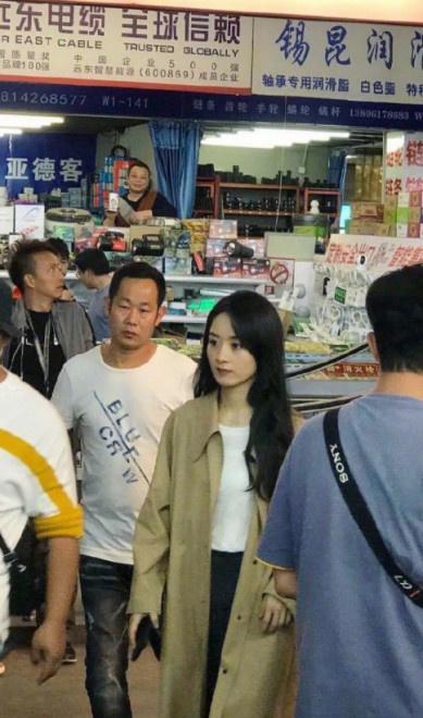 赵丽颖现身无锡拍戏引骚乱 工作人员打黑伞遮挡 第4张