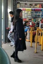 赵丽颖现身无锡拍戏引骚乱 工作人员打黑伞遮挡