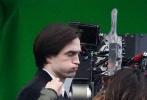 当地时间10月13日,英国利物浦,新版《蝙蝠侠》拍摄现场,乖巧候场的罗伯特·帕丁森接过工作人员递来的小道具,拿在手里把玩开心灿笑。造型师为他整理发型时,闲来无聊的罗伯特忍不住鼓起腮帮嘟嘴卖萌,可爱模样被镜头记录下来。