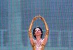 """10月14日,第13届""""金鹰女神""""礼服的设计细节曝光。礼服以""""光芒""""为题,裙身是渔网纹路呈现出波光粼粼的效果,裙摆处以金色羽毛点缀。礼服的设计团队与为第10届金鹰节""""金鹰女神""""赵丽颖礼服的设计团队是同一个。然而这套珠光宝气的礼服却被网友吐槽像个""""鸡毛掸子"""",丑出新高度。回顾历届金鹰女神刘亦菲、李小璐、王珞丹、刘诗诗、赵丽颖、唐嫣、迪丽热巴,你觉得谁的礼服最惊艳呢?"""