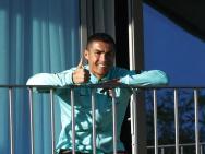 C罗感染新冠后首现身 未能参训在阳台为队友点赞