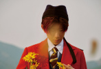 10月15日,王源合作《时尚COSMO》拍摄的11月刊时尚大片曝光。王源置身田野中,身穿文艺复古礼帽搭配慵懒随性的毛衣,诠释秋日森系大片,文艺气息满满。无论是明丽色彩还是质感黑白都完美驾驭。  