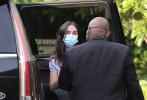 """当地时间10月15日,美国加州,""""大本""""本·阿弗莱克和女友安娜·德·阿玛斯现身街头。当天,安娜穿着蓝色短裙,手臂上搭着黑色外套,还背了一个大大的手袋,在保安的护送下走下保姆车。此前,被传怀孕的她将自己遮了严严实实,完全看不清正面。"""