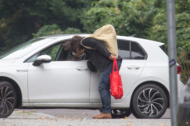 基努·里维斯与女友车边吻别 甜蜜一样平常每周上演! 第2张