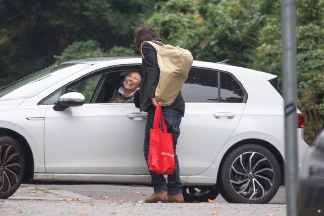 基努·里维斯与女友车边吻别 甜蜜一样平常每周上演! 第3张