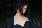 10月19日,倪妮在上海出席活動,一襲黑色深V裙裝搭配復古港風短發紅唇,體態優雅,嫵媚動人。隨后,倪妮的路透動圖和媒體生圖同步曝光,顏值能打完全不輸精修。