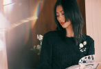 10月20日,王一博現身出席品牌活動,身穿黑色斜紋軟呢外套,內搭白色T恤,時尚簡潔,矜貴俊朗。現場他與超模劉雯合影,俊男美女,同框畫面養眼。