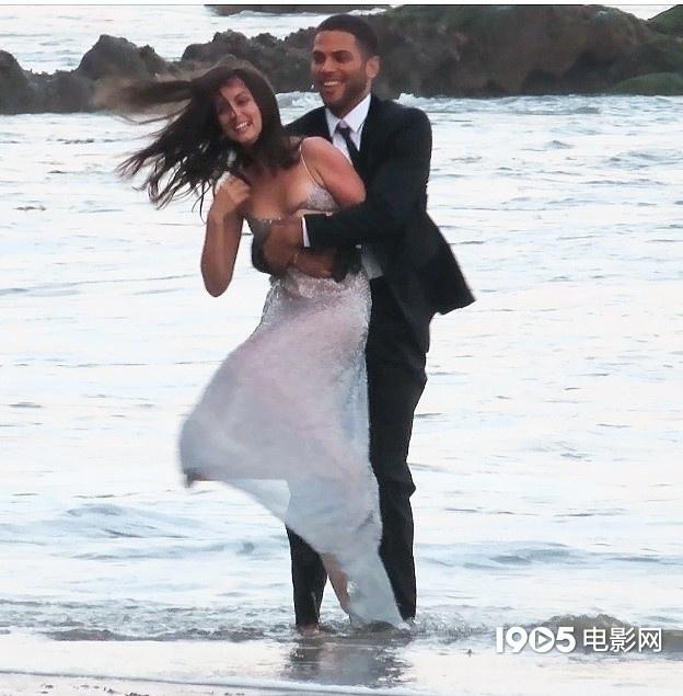 大本看了想打人!女友安娜拍广告 与男模沙滩热吻  第4张