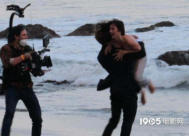 大本看了想打人!女友安娜拍广告 与男模沙滩热吻  第5张