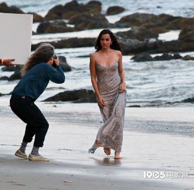 大本看了想打人!女友安娜拍广告 与男模沙滩热吻  第7张