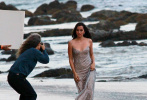 """当地时间10月20日,美国马里布,安娜·德·阿玛斯为拍摄全新香水广告来到海滩。安娜穿着一件闪闪发光的礼服裙,宛若出水的人鱼公主,美艳动人。当天的拍摄现场还上演""""大本想打人""""的一幕。安娜与对戏的男模特在沙滩上热吻,更是上演了一出举高高的戏码,画面唯美浪漫!  """