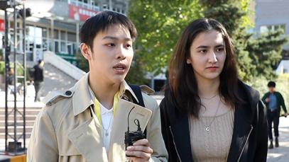 校园年轻女观众采访:如何看待抗美援朝战场上的巾帼英雄?