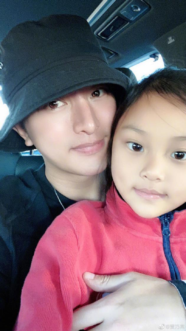 贾乃亮为女儿庆祝八岁生日 透露甜馨考了双百