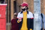 """当地时间10月23日,美国纽约,""""甜茶""""蒂莫西·柴勒梅德现身街头。当天,甜茶穿着黄色的卫衣搭配红色的棒球帽,""""番茄炒蛋""""的配色很是显眼。一手插兜一手拿着咖啡,搭配上黑白配色的外套又换了一种风格,阳光帅气。"""
