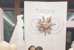 """10月23日是贾乃亮和李小璐女儿甜馨的8岁生日。贾乃亮分享和女儿自拍照庆生后,李小璐也通过微博晒出一组和女儿的古装旗袍美照,为甜馨庆生。李小璐在博文中写道:""""一晃眼8岁了,我的小甜甜圈。今天最好的礼物是考了双百分""""照片中,李小璐和甜馨都穿着旗袍和古装,好窈窕淑女。"""
