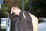 """当地时间10月25日,德国柏林,正在拍摄《黑客帝国4》的基努·里维斯和每周一样,周五与女友Alexandra Grant甜蜜相聚后返回片场。不过和上周的长发""""流浪汉""""造型相比,里维斯本周顶着寸头新发型现身,令网友大呼震惊!"""